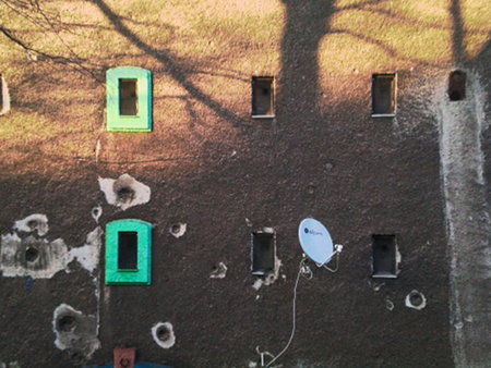 Satellitenschüssel an der Fassade eines ehemaligen Luftschutzbunkers in der Ottenstraße, Hannover-Linden