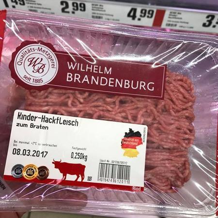 Preisetikett auf einer Packung Hackfleisch. Durch einen Druckfehler ist die obere Zeile weggefallen, und man liest 'Kinderhackfleisch'.