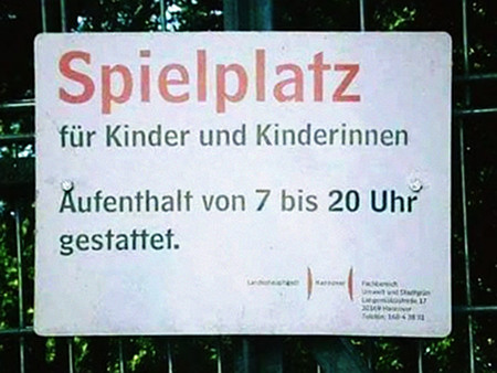 Spielplatz für Kinder und Kinderinnen -- Aufenthalt von 7 bis 20 Uhr gestattet -- Landeshauptstadt Hannover, Fachbereich Umwelt und Stadtgrün