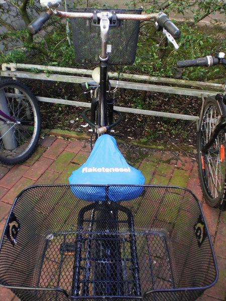 Fahrrad. Auf dem Sattel ein Überzieher mit Aufdruck 'Raketenesel'.