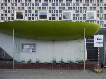 Busstop Rathaus in Hannover, vor dem Kestner-Museum, mit Hinweisschild 'Toiletten'.