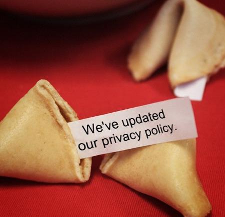 Ein Glückskeks, auf dessen Zettel der Text »We've updated our privacy policy« steht.