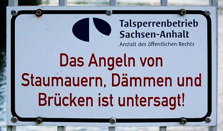 Das Angeln von Staumauern, Dämmen und Brücken ist untersagt!