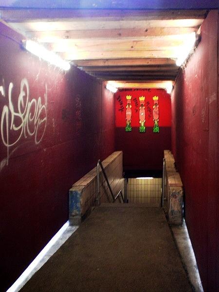 Treppe im Ihmezentrum, Kacheln an den Wänden, Graffiti, Baustellenzäune, Leuchtstoffröhren.