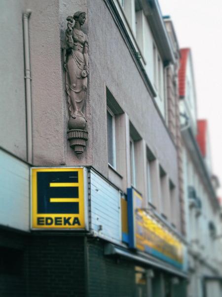 Skulpur an der Fassade eines Edeka-Marktes in der Borgentrickstraße, Hannover-Döhren