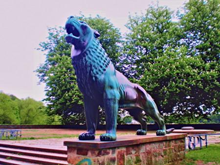 Löwe an der Löwenbastion am Maschsee in Hannover, stark digital nachbearbeitetes Foto