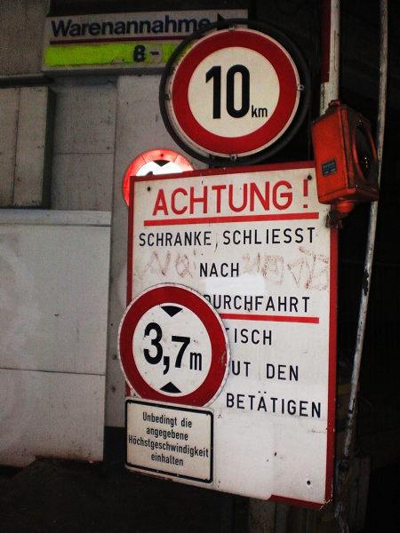 Übereinander angebrachte Hinweis- und Verkehrsschilder im Ihmezentrum.