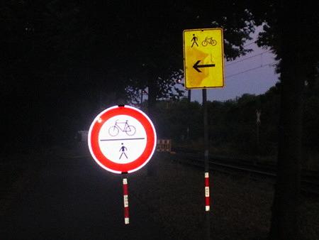 Beginn einer Baustelle mit zwei Verkehrsschildern. Verbot für Fußgänger und Radfahrer. Ausgeschilderte Umleitung für Fußgänger und Radfahrer.