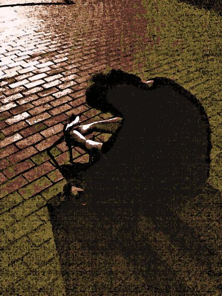 Stark digital nachbearbeitetes, misslungenes, völlig verrausches Foto eines Fotografen, der mit einem kleinen Stativ auf dem Boden sitzt und ein Foto macht.