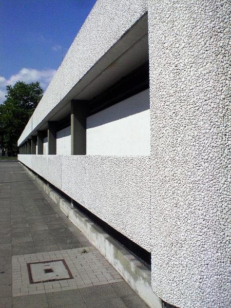 Hässliche Fassade in etwas ungewöhnlicher Perspektive, die die gesamte Eintönigkeit und Trostlosigkeit deutlich macht