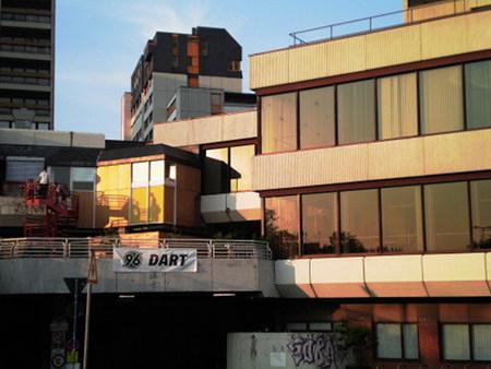 Transparent an der Ruine des Ihmezentrums in Hannover-Linden: Hannover-96-Dart