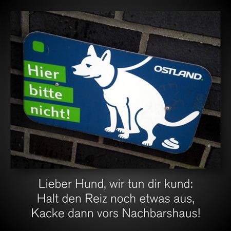 Schild mit einem kackenden Hund, daneben der Text 'Hier bitte nicht!' -- Darunter mein Text: Lieber Hund, wir tun dir kund: Halt den Reiz noch etwas aus, kacke dann vors Nachbarshaus!