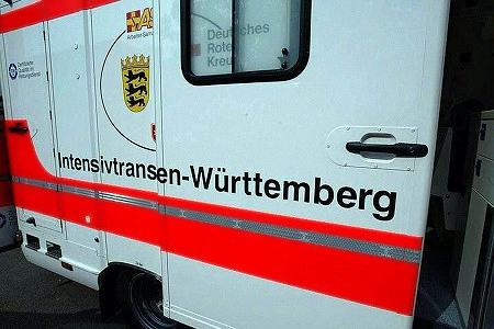 Krankentransportwagen aus Baden-Württemberg mit intensivmedizinische Betreuung, bei dem eine Tür aufgeschoben ist. Dadurch entsteht der Schriftzug Intensivtransen-Württemberg