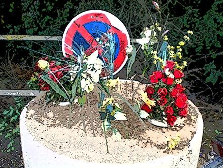 Plastikblumen, die in einem hässlichen Betonkübel vor einem Verkehrszeichen 'Absolutes Halteverbot' drappiert wurden. Digital stark nachbearbeitetes Foto.