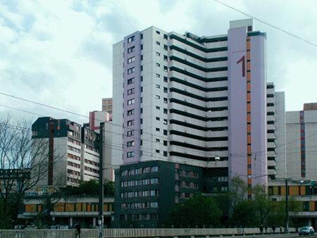 Foto des Ihmezentrums, stark vom halbwegs intakten Haus Spinnereistraße 1 bestimmt