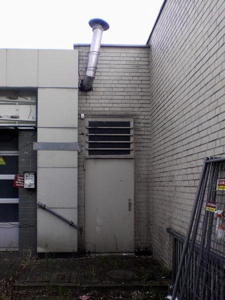 Hässliche Tür an einer Tankstelle