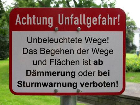 Achtung Unfallgefahr! Unbeleuchtete Wege! Das Begehen der Wege und Flächen ist ab Dämmerung oder bei Sturmwarnung verboten!