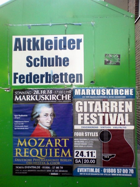 Aufkleber auf einer Altkleider-Tonne -- Altkleider Schuhe Federbetten -- Markuskirche, 28.10.18: Mozart Requiem -- Marktkirche GITARREN FESTIVAL 24.11.
