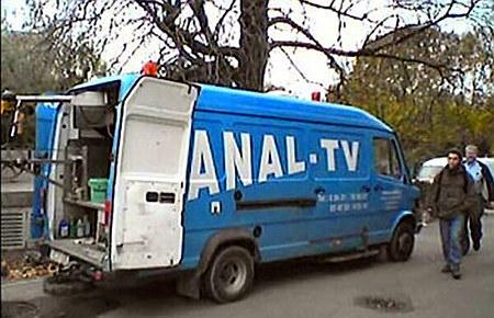 Übertragungswagen, bei dem ein Teil der Aufschrift von der Klapptür verdeckt wird, so dass nur noch ANAL-TV übrigbleibt.