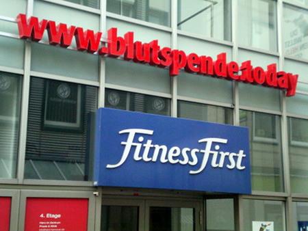 Zwei Werbungen übereinander -- Oben: www.blutspende.today -- Unten: FitnessFirst