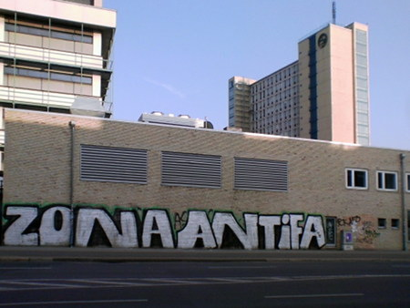 Graffito an einer ausgesprochen tristen, hässlichen Wand: ZONA ANTIFA