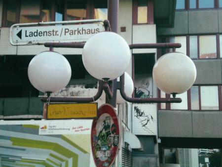 Altes Hinweisschild in der Ruine des Ihmezentrums: Ladenstr./Parkhaus