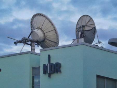 Richtantennen auf dem NDR-Landesfunkhaus Hannover, darunter das NDR-Logo