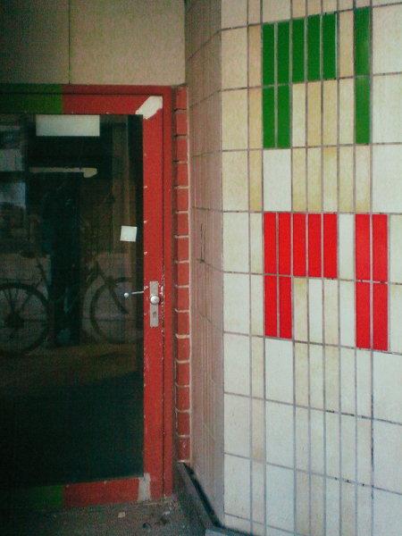 Unbeschreibliches Foto einer Ecke in der Ruine des Ihmezentrums, die immer noch so aussieht, wie sie in den Siebziger Jahren 'geliefert' wurde. Der Titel 'Pipi' gibt wieder, wie ich unwillkürlich die bunten Kacheln interpretiere, die sich zu einer Schrift und einem Wegweiser formen sollen.