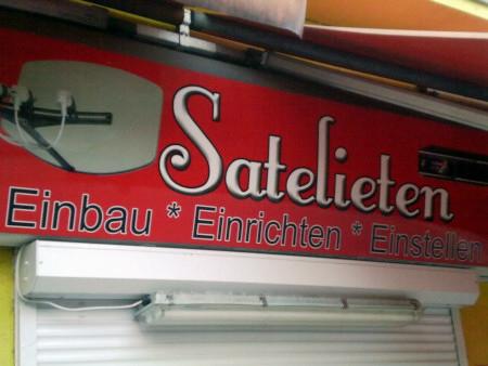 Schild über einem Geschäft in Hannover-Linden: Satelieten -- Einbau, Einrichten, Einstellen