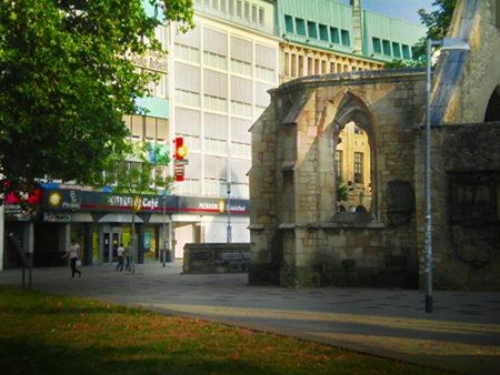 Gauselmann-Spielhallen und die Ruine der St.-Nikolai-Kapelle in der Goseriede, Hannover