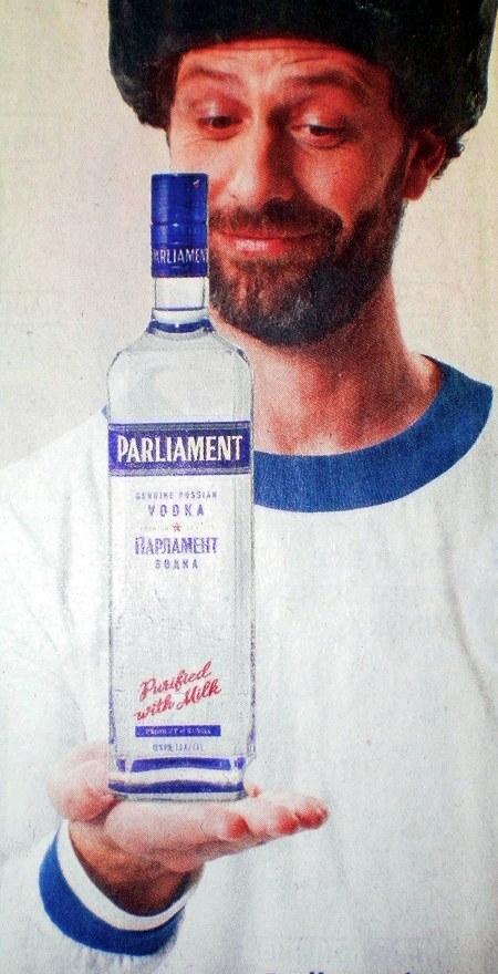 Wodka-Werbung aus einer Postwurfsendung: Ein Mann schaut mit sichtbarem Entzücken auf eine demonstrativ vor sich gehaltene Wodkaflasche.