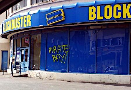 Ein Laden oder Kino mit Namen 'Blockbuster', an dessen Scheibe 'Pirate Bay' gesprüht wurde