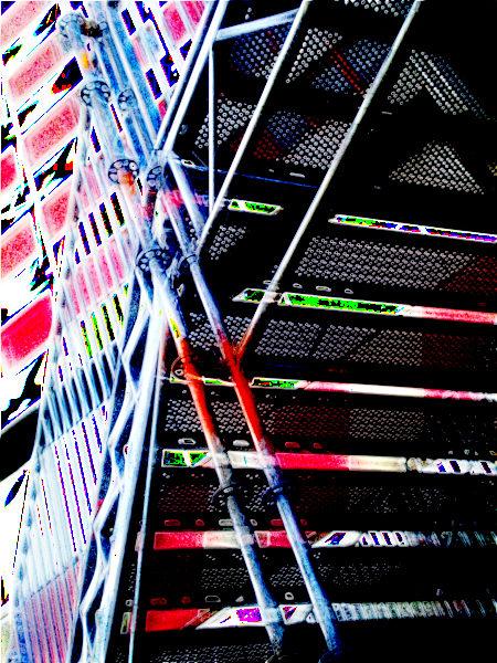 Stark digital bearbeitetes Foto einer provisorischen Treppe am Ihmezentrum in Hannover-Linden