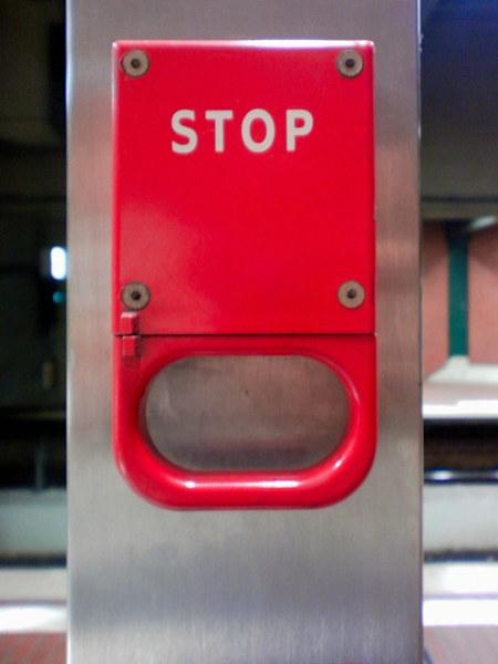 Nothalt für eine U-Bahn, feuerwehrrot und mit dem Aufdruck STOP