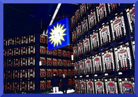 Eine Lagerhalle voller Geldspielautomaten aus dem Jahr 2000.