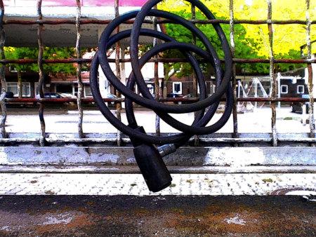 Fahrradschloss an einem Gitter