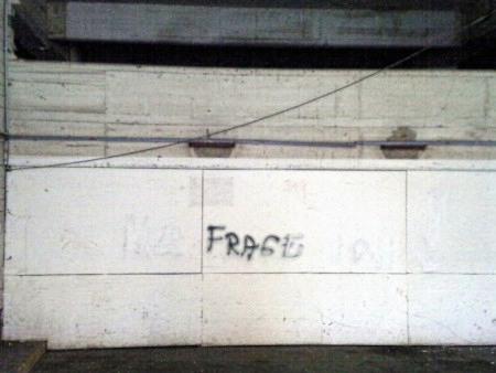 Graffito an einer Betonwand im Ihmezentrum: 'Frage'