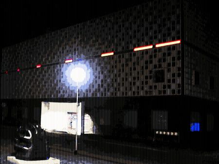 Digital stark bearbeitetes Foto des Kestnermuseums in Hannover mit roten Leuchtapplikationen an der markanten Fassade.