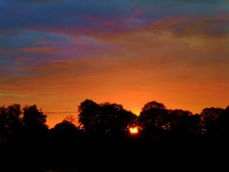 Stark bearbeitetes Foto eines Sonnenuntergangs am Maschsee in Hannover