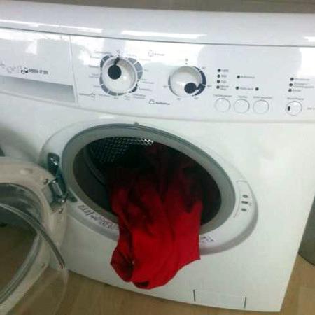 Schwer beschreibbares Foto einer Waschmaschine.