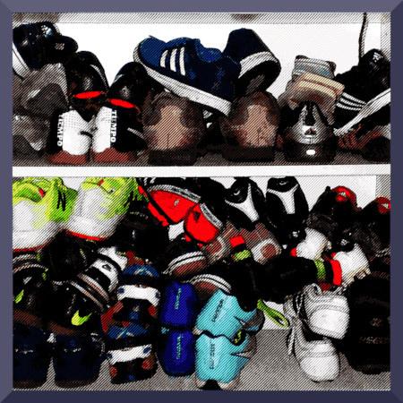 Ein digital stark bearbeitetes Foto von Schuhen in einem Regal