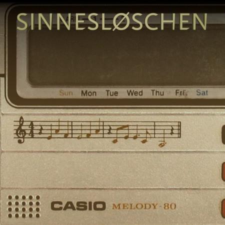Detail des Casio-Taschenrechners Melody-80 aus den Siebziger Jahren -- Es sind einige Noten auf das Gehäuse des Taschenrechners aufgedruckt.