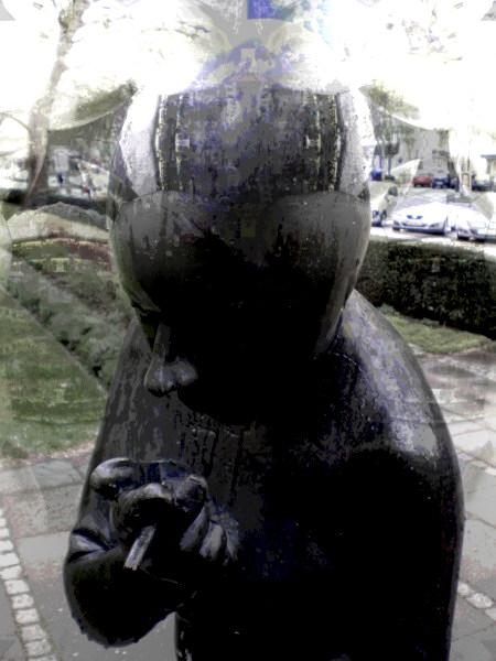 Digital bearbeitetes Foto einer Skulptur vor dem Regionshaus in Hannover.