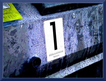 Digital stark bearbeitetes Foto von einem Aufkleber 'Abfallwirtschaft Hannover, 1' auf einem Müllcontainer