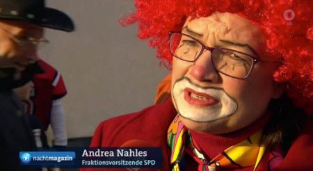 Screenshot einer Tagesschau-Sendung aus der Karnevalszeit -- Eine sehr unvorteilhaft geschminkte A. Nahles in der Tageschau mit Einblendung 'Andrea Nahles, Fraktionsvorsitzende SPD