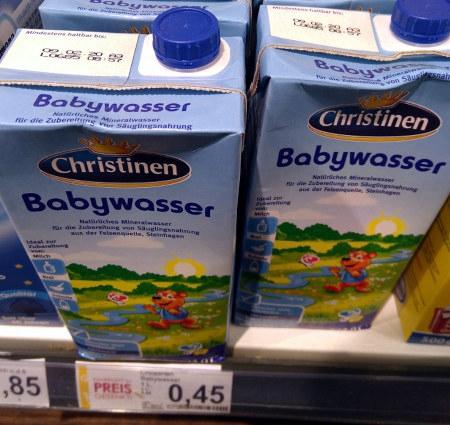 Ein Tetrapak mit Wasser, Aufdruck 'Babywasser. Natürliches Mineralwasser für die Zubereitung von Säuglingsnahrung