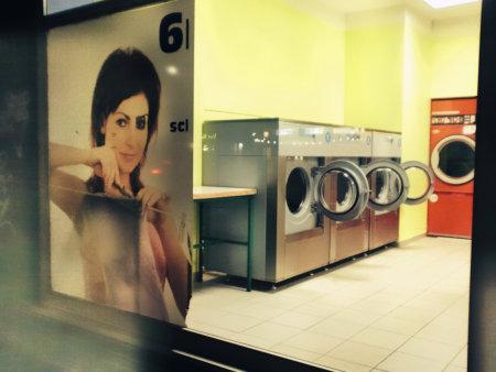 Werbung am Fenster eines Waschsalons