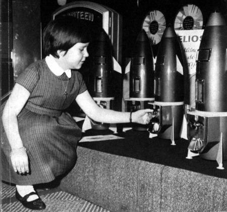 Verkaufsautomaten (Kaugummi, Erdnüsse und dergleichen) aus dem Jahr 1962