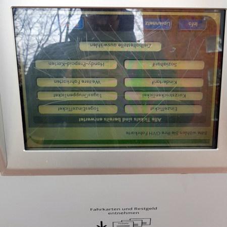 Fahrkartenautomat des hannöverschen Nahverkehrsbetreibers üstra (gebaut von Hoeft&Wessel), bei dem das Display auf dem Kopf stehend eingebaut wurde, so dass die gesamte Beschriftung und Benutzerschnittstelle auf dem Kopf steht.
