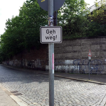 Da hat jemand einen Bindestrich auf einen Verkehrsschild vergessen, es liest sich als »Geh weg«.